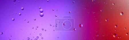 Foto de Foto panorámica de hermosos fondos abstractos de color púrpura y rojo de burbujas mixtas de agua y petróleo. - Imagen libre de derechos