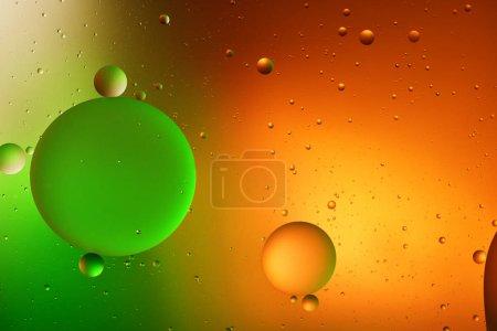 Photo pour Beau fond abstrait de mélange d'eau et d'huile de couleur orange, rouge et verte - image libre de droit
