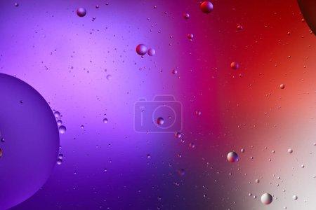 Photo pour Texture créative abstraite de couleur violette et rouge à partir de bulles d'eau et d'huile - image libre de droit