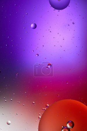 texture abstraite de couleur pourpre et rouge des bulles d'eau et d'huile mélangées