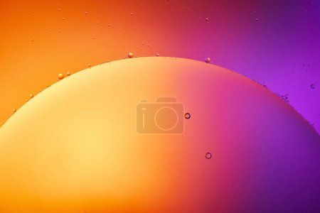 Hermoso fondo abstracto de agua mezclada y aceite en color naranja, rojo y púrpura