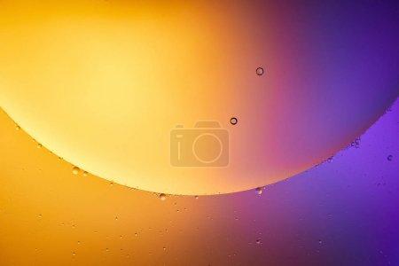 Hermoso fondo abstracto de color naranja y púrpura de agua mezclada y aceite