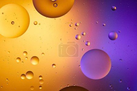 Foto de Hermoso fondo abstracto de agua y aceite mezclados en color naranja y púrpura. - Imagen libre de derechos