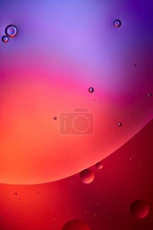 Photo pour Belle texture abstraite de bulles d'eau et d'huile mélangées de couleur rose et violette - image libre de droit