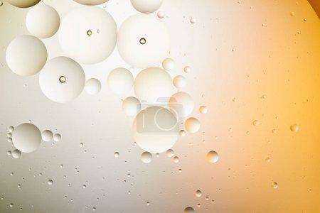 Foto de Hermoso fondo abstracto de agua y aceite mezclados en color naranja claro y gris. - Imagen libre de derechos