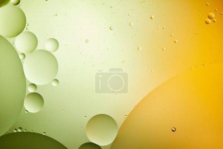 Photo pour Macro abstraite fond de mélange d'eau et d'huile de couleur verte et orange - image libre de droit