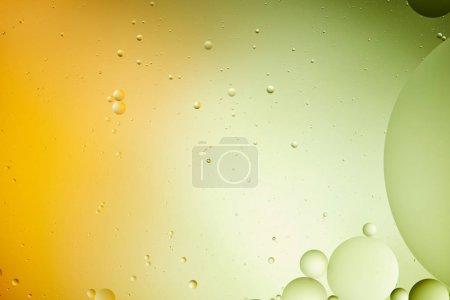 Foto de Fondos abstractos creativos de agua y aceite mezclados en color verde y naranja - Imagen libre de derechos