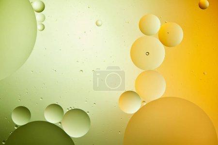 Photo pour Arrière-plan créatif abstrait d'un mélange d'eau et d'huile de couleur verte et orange - image libre de droit