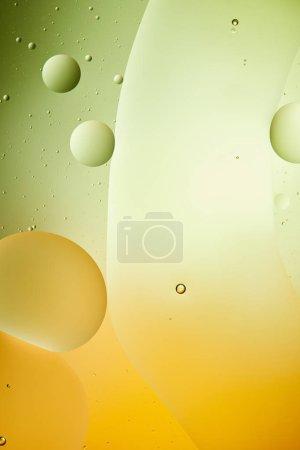 Photo pour Belle couleur verte et orange sur fond abstrait d'un mélange d'eau et d'huile - image libre de droit