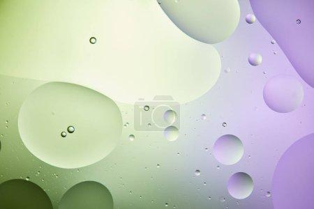 Photo pour Fond abstrait d'un mélange d'eau et d'huile de couleur vert clair et violette - image libre de droit