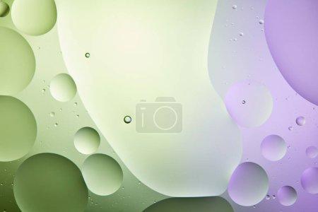 Foto de Fondos abstractos de agua y aceite mezclados en verde claro y color púrpura - Imagen libre de derechos