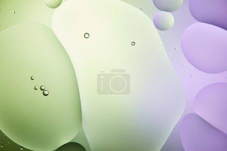Photo pour Fond abstrait créatif de mélange d'eau et d'huile de couleur vert clair et violet - image libre de droit