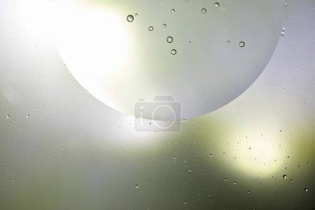 Photo pour Belle couleur vert clair et gris fond abstrait d'un mélange d'eau et d'huile - image libre de droit