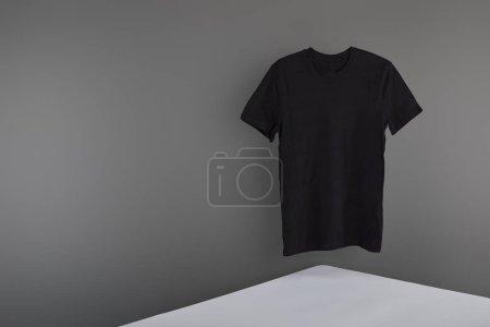 Foto de Camiseta negra en blanco sobre fondo gris - Imagen libre de derechos