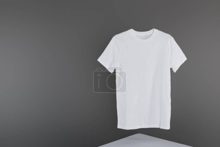 Foto de Camiseta blanca en blanco sobre fondo gris - Imagen libre de derechos