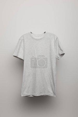 Photo pour T-shirt blanc gris basique sur fond gris - image libre de droit