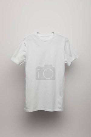 Foto de Camiseta gris en blanco sobre fondo gris - Imagen libre de derechos