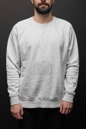 Photo pour Crochet vue d'un homme barbu en blouson blanc sweatshirt gris isolé sur noir - image libre de droit