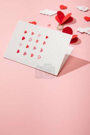 Photo pour Mise au point sélective de cartes de souhaits avec des cœurs près du papier des ballons d'air en forme de cœur dans les nuages roses - image libre de droit