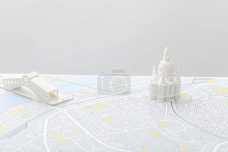 Photo pour Petites figurines sur la carte de l'Italie isolées sur gris - image libre de droit