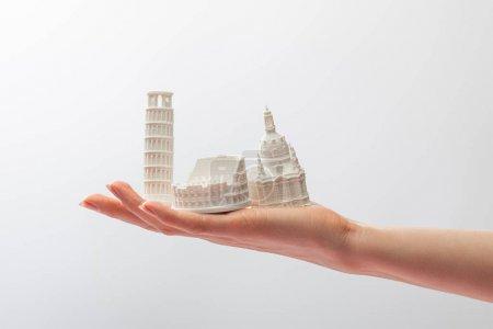 abgeschnittene Ansicht eines Mädchens mit kleinen Figuren aus Italien isoliert auf Weiß