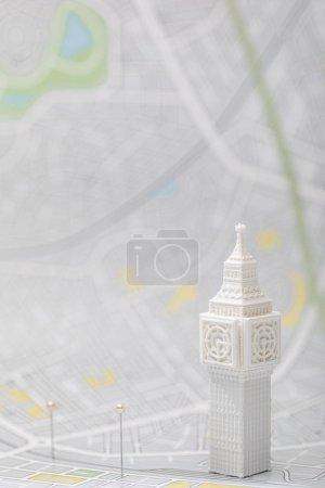 Photo pour Mise au point sélective des épingles près de la petite grosse figurine ben sur la carte du ondon - image libre de droit