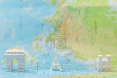 Photo pour Petites figurines avec attractions de la ville sur la carte de Paris - image libre de droit