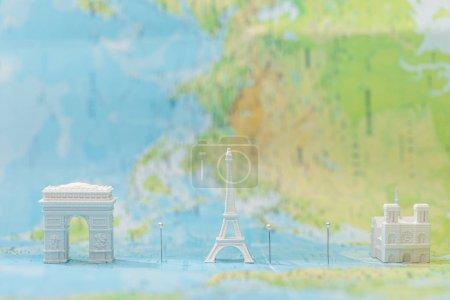 Photo pour Petites figurines avec attractions de la ville sur la carte de paris avec épinglettes - image libre de droit