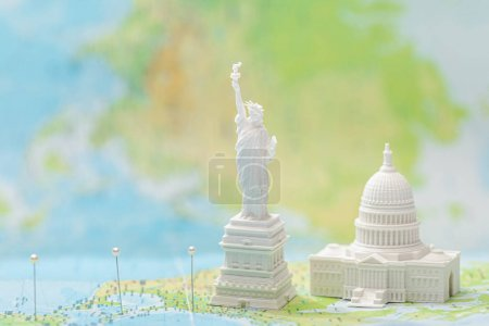 Photo pour Small figurines with american attractions on map with pins - image libre de droit