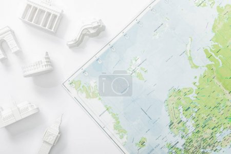 vista superior del mapa cerca de figuritas con atracciones aisladas en blanco