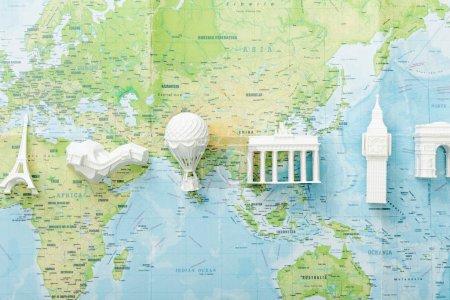 Photo pour Vue de dessus des attractions du monde sur la carte - image libre de droit