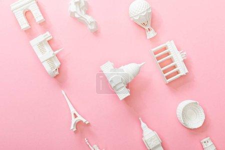 Photo pour Vue du haut des figurines des pays sur rose - image libre de droit
