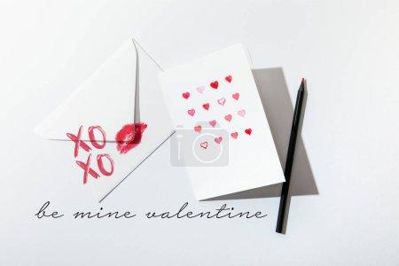 Photo pour Vue du haut de la carte de vœux avec des coeurs près de l'enveloppe avec un imprimé à lèvres près de chez moi - image libre de droit