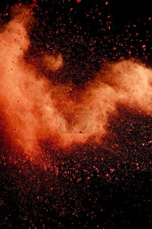 Photo pour Explosion de peinture holi de couleur orange sur fond noir - image libre de droit