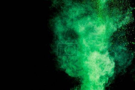 Photo pour Explosion de peinture holi de couleur verte sur fond noir - image libre de droit