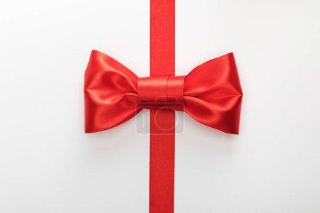 Photo pour Vue du dessus du ruban décoratif rouge avec arc isolé sur blanc - image libre de droit