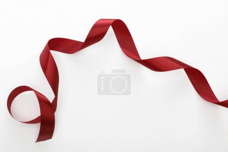 Photo pour Vue du haut d'un ruban incurvé décoratif bourgogne isolé sur blanc - image libre de droit