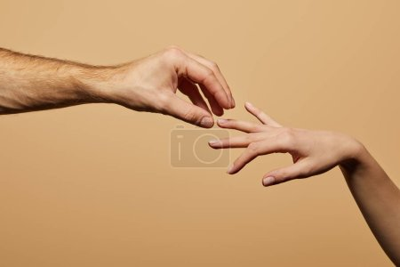 Photo pour Vue recadrée de l'homme faisant la demande en mariage à la femme isolée sur beige - image libre de droit