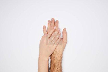 Draufsicht des Paares, das die Hände isoliert auf Weiß hält