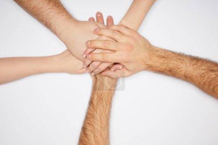 vista superior de hombres y mujeres tomados de las manos aislados en blanco