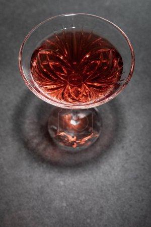 Photo pour Vue du dessus du verre avec du vin rouge sur la surface grise - image libre de droit