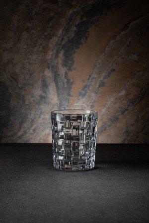 Foto de Vidrio vacío y limpio sobre fondo texturizado - Imagen libre de derechos