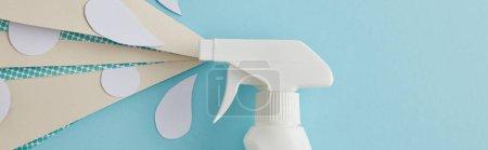 Photo pour Photo panoramique de composition avec flacon pulvérisateur et gouttes d'eau blanche en papier, sur bleu - image libre de droit