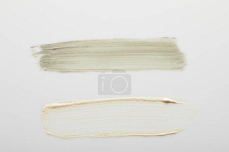 Photo pour Vue de dessus de l'argile cosmétique et touches crème ton sur fond gris - image libre de droit
