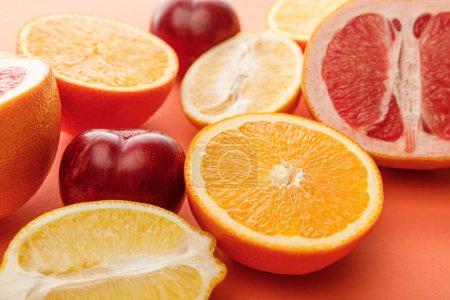 Foto de Enfoque selectivo de cítricos a la mitad y manzanas sobre fondo colorido. - Imagen libre de derechos