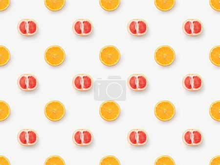 Photo pour Vue de dessus des moitiés de pamplemousse et des tranches d'orange sur fond blanc - image libre de droit