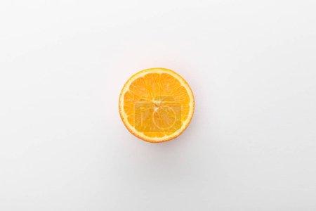 Photo pour Vue du dessus de la moitié orange sur fond blanc - image libre de droit