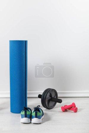 Photo pour Tapis de conditionnement physique et équipement sportif au sol à la maison - image libre de droit
