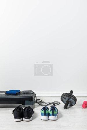 Photo pour Plate-forme d'étape et équipement sportif sur le plancher à la maison - image libre de droit