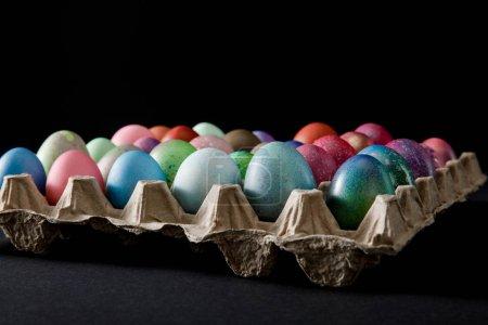 Photo pour Concentration sélective du plateau d'œufs avec des œufs de Pâques colorés sur fond gris et noir - image libre de droit